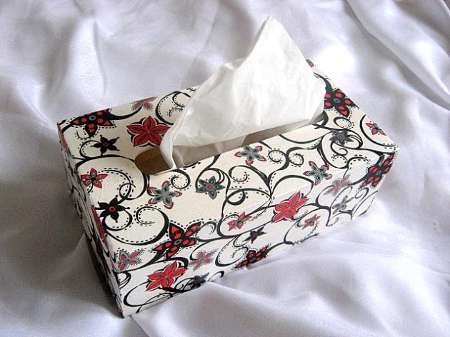 Flori abstracte culori rosu si negru pe fond alb, cutie servetele 15996